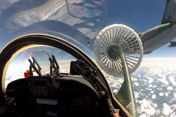 © FAB - Vue depuis l'habitacle du F-5M lors du contact avec le panier du KC-390.