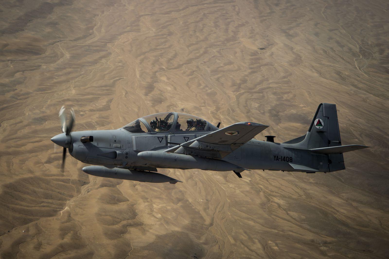 © USAF - Les montagnes rocailleuses se dessinent sous ce A-29A afghan.