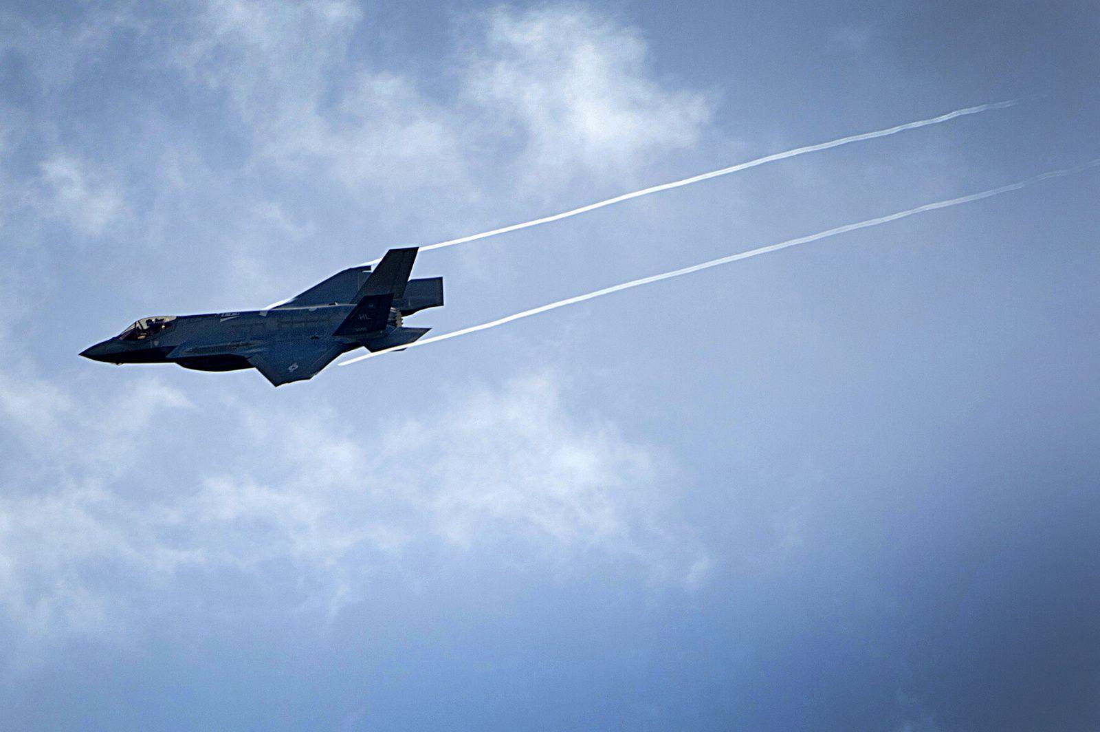 © USAF - Les F-35A viennent de rejoindre Lakenheath et réalisent un passage au-dessus des installations militaires avant l'atterrissage.