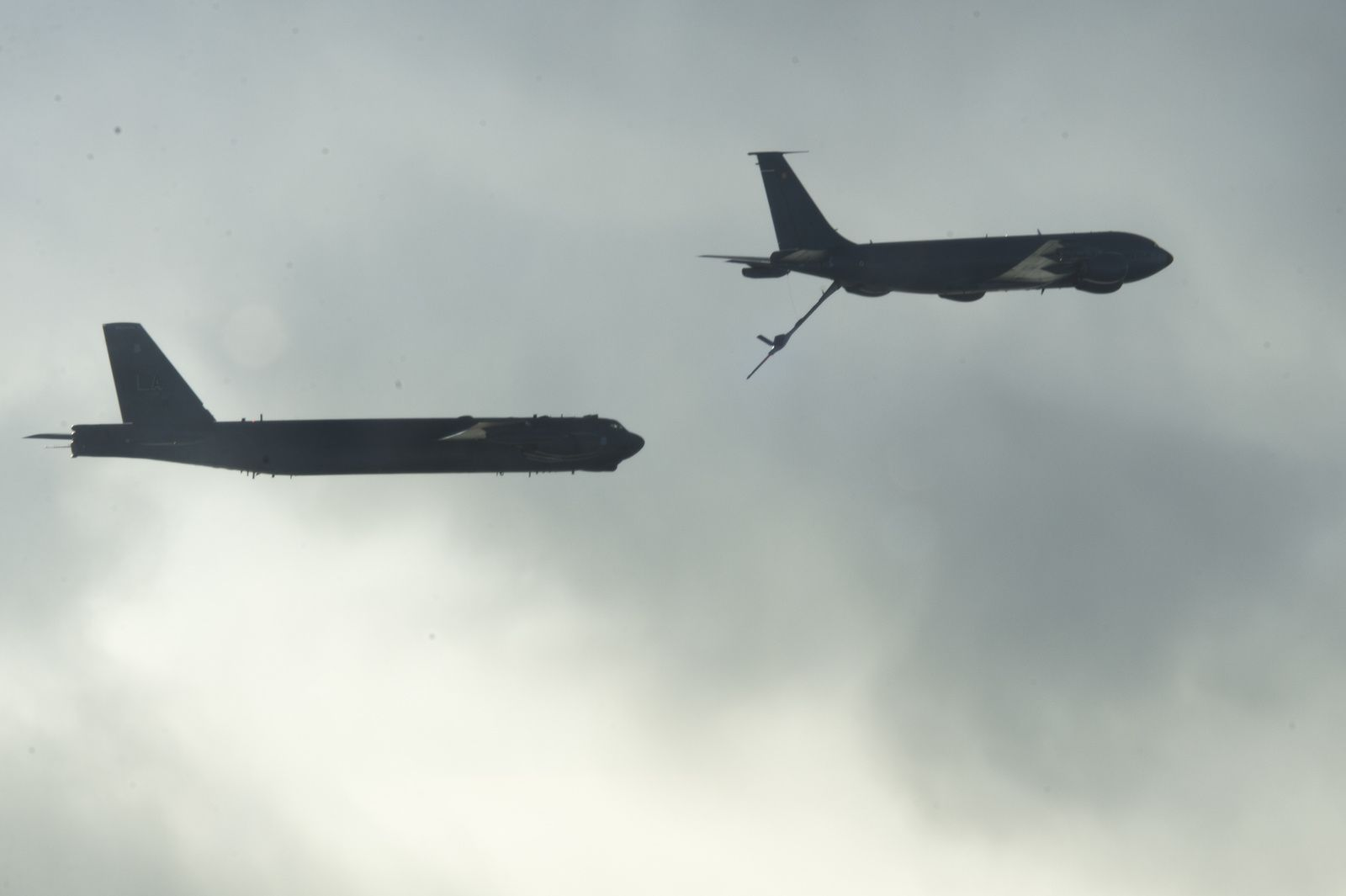 Photos-Vidéo : Un C-135FR de l'Armée de l'Air ravitaille en vol un B-52H de l'US Air Force