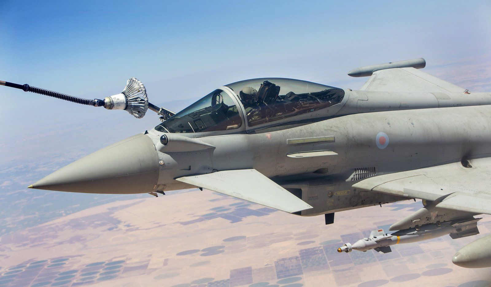 © UK MoD - Un Eurofighter Typhoon FGR.4 de la Royal Air Force au ravitaillement au-dessus du Moyen-Orient.