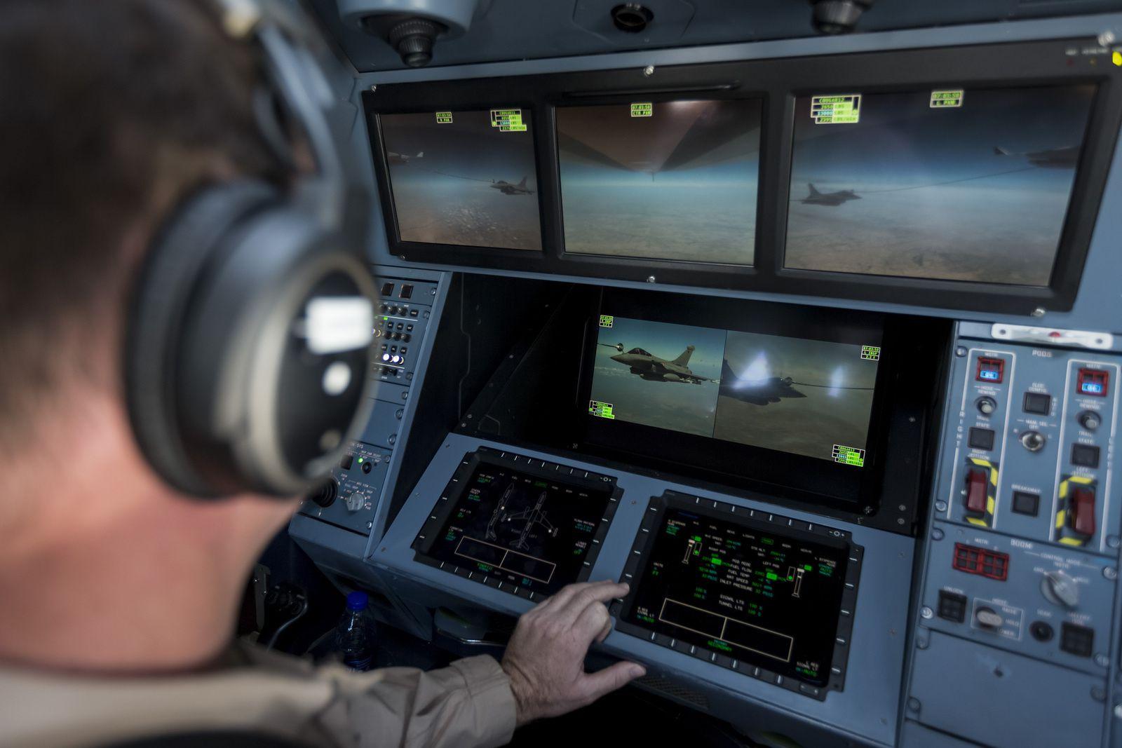© RAAF - Un opérateur de ravitaillement en vol de MRTT australien contrôle le ravitaillement en vol d'un Rafale au-dessus de l'Irak.