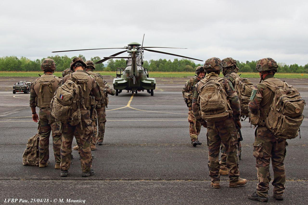 Composante de l'Armée de Terre, l'ALAT travaille en collaboration étroite avec les régiments des autres corps. Ici une section de combat du 152e RI de Colmar attend l'autorisation d'embarquer dans un Cougar pour une mission d'assaut aéromobile. A l'instar des RHC accueillant le FFCU, les RI participants au FFCU tournent chaque année selon leur disponibilité.