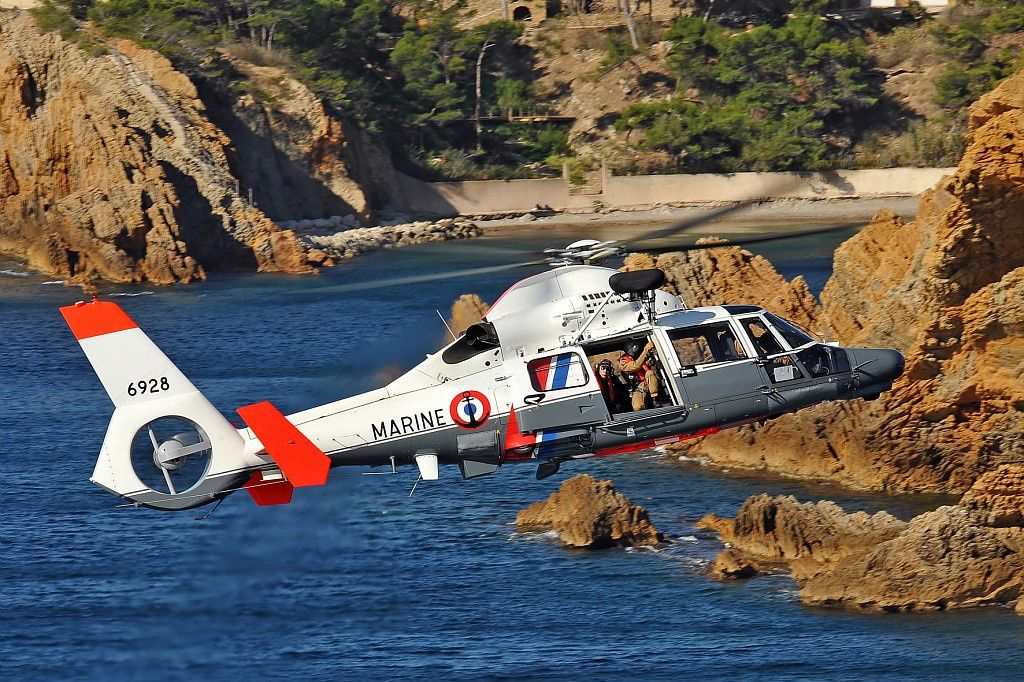 © PECCHI Anthony / Airbus Helicopters - Un Dauphin AS365 N3+ de la Marine Nationale en mission dans le sud de la France.