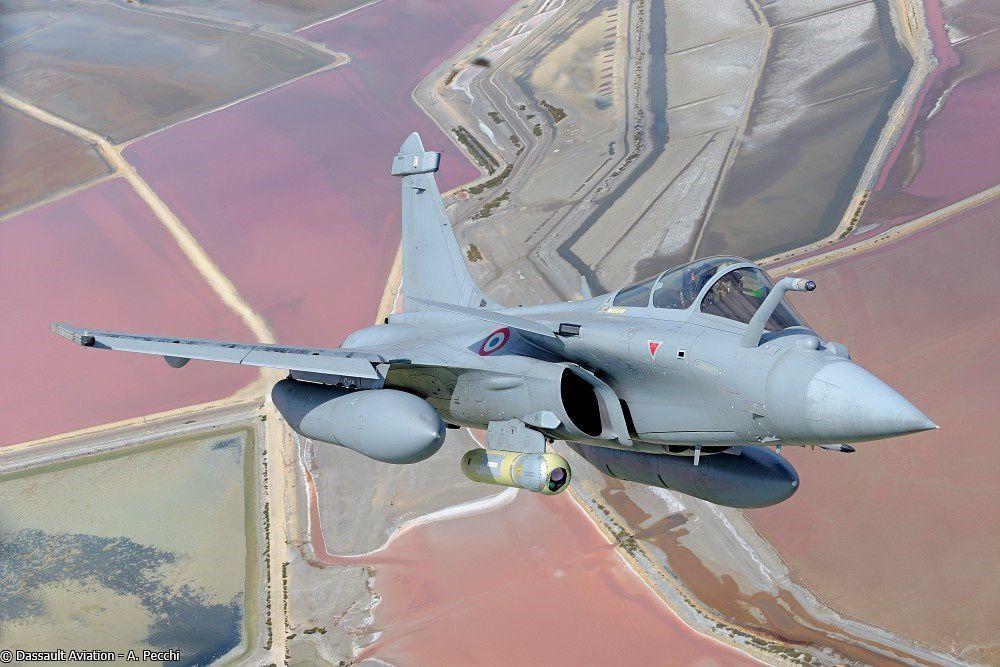 © Anthony PECCHI / Dassault Aviation - Un Rafale lors d'un vol d'essais, ici équipé de la nacelle TALIOS.