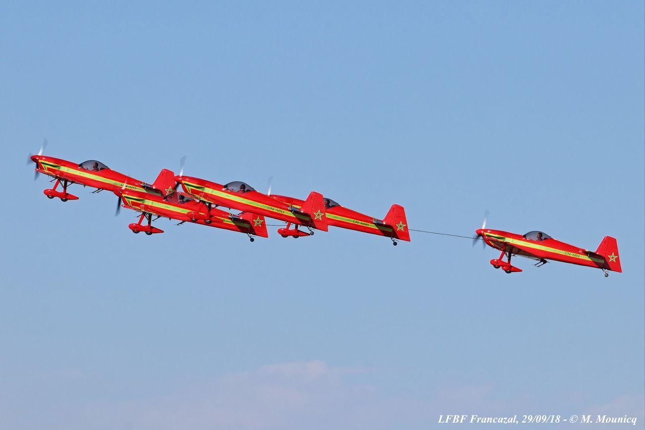 La patrouille acrobatique du Maroc, la Marche Verte, a fait évoluer ses Cap 232 accrochés par les ailes avec des cordages