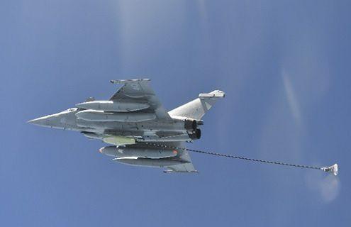"""© DGA : essai en vol de la nacelle NARANG sur le Rafale M40. Emportée par le Rafale M dans le cadre des missions """"nounou"""" de ravitaillement en vol au départ du porte-avions Charles de Gaulle, la nacelle de ravitaillement permet d'étendre le rayon d'action de la chasse embarquée lors de missions longue distance."""