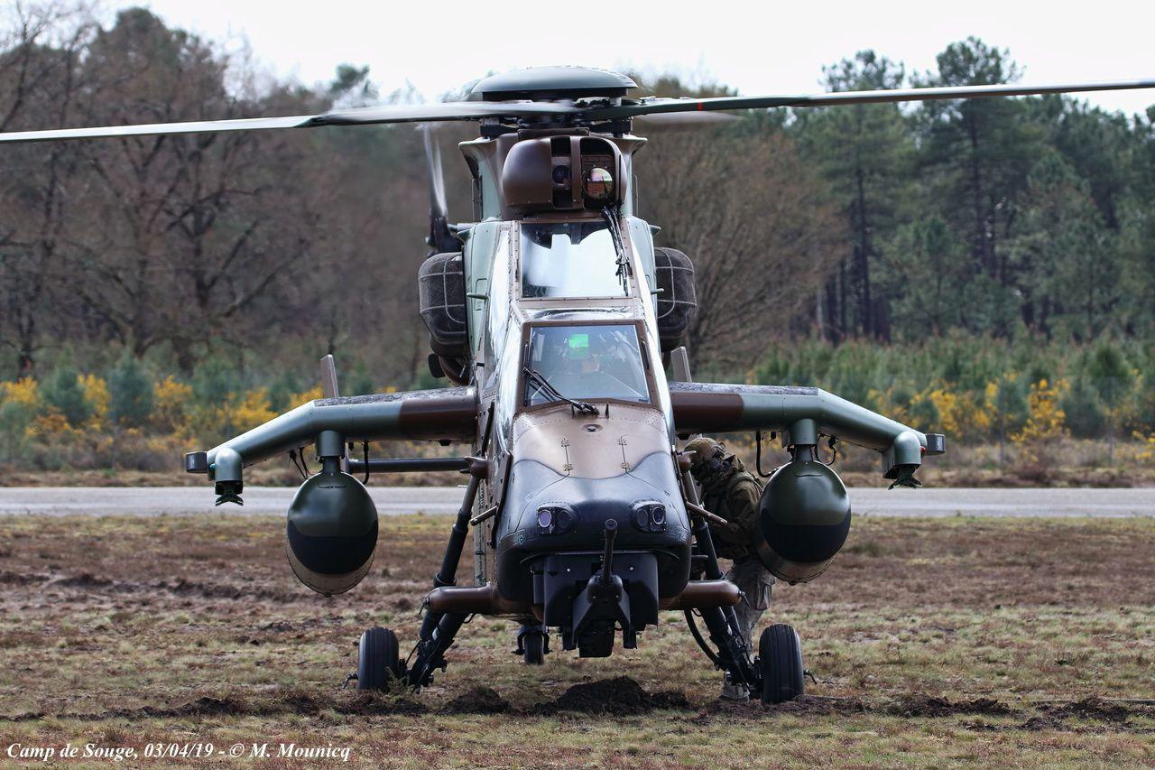 Démonstrations de ravitaillement avancé et d'appui-feu réalisées par un des EC665 Tigre HAP du 4e RHFS.
