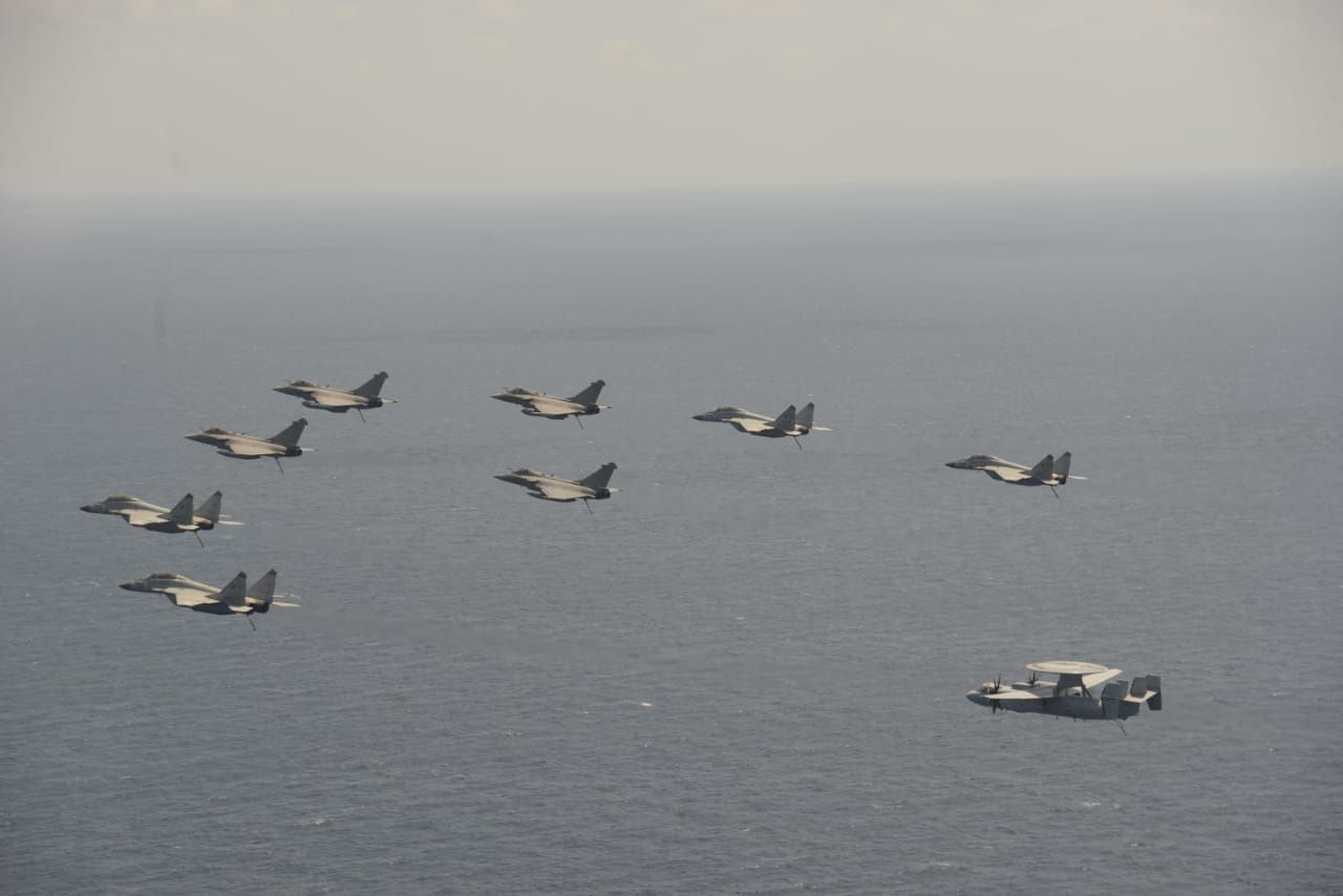 © Indian Navy - Formation franco-indienne composée de MIG-29K, Rafale M et E-2C Hawkeye.