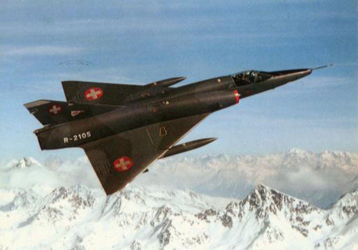 © Bibliothèque de la place Guisan - Un Mirage III RS en vol au-dessus des Alpes suisses.