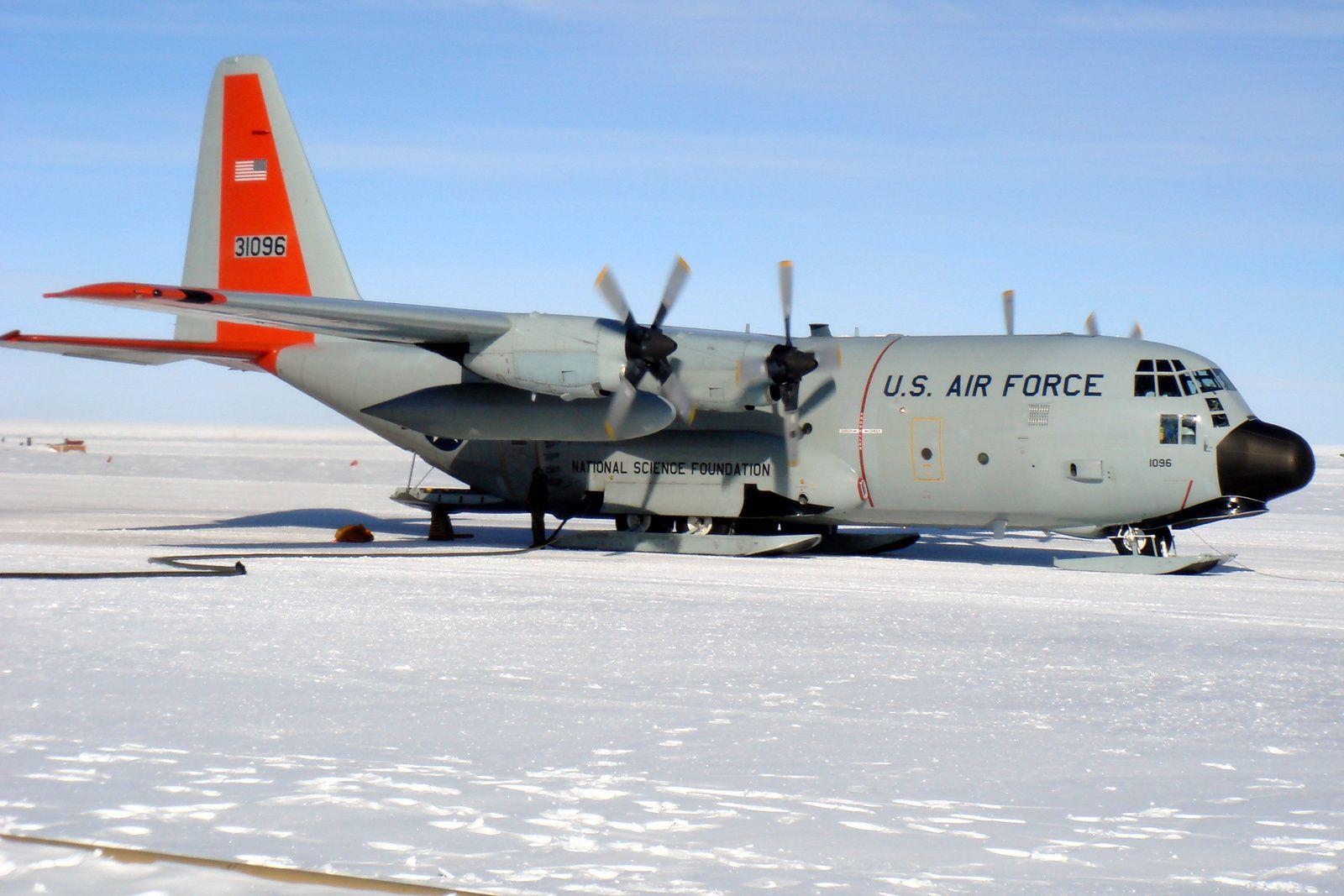 © Anthony Gibson, National Science Foundation : Les Hercule sont particulièrement utiles au Pole Sud pour le ravitaillement des différentes bases de recherches.