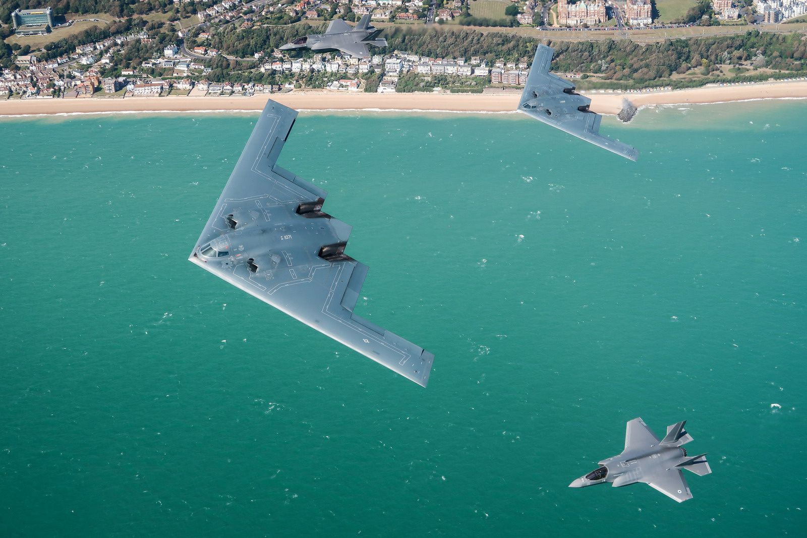 © Crown copyright - Deux F-35B Lightning II de la Royal Air Force en formation avec deux B-2A Spirit de l'US Air Force.