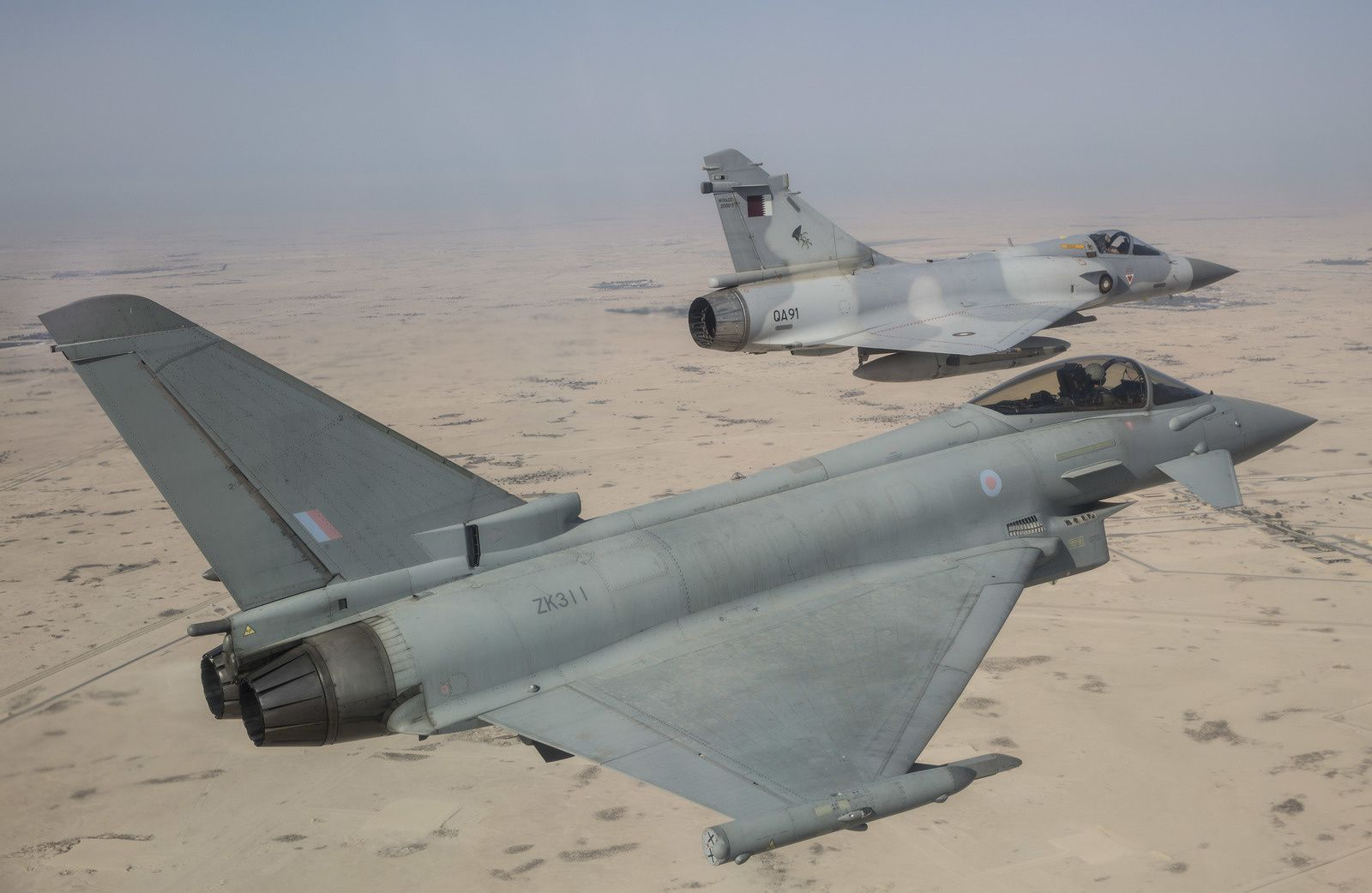 © Crown copyright - Un Eurofighter Typhoon de la Royal Air Force en vol avec un Mirage 2000-5EDA de la Force aérienne de l'Emir du Qatar