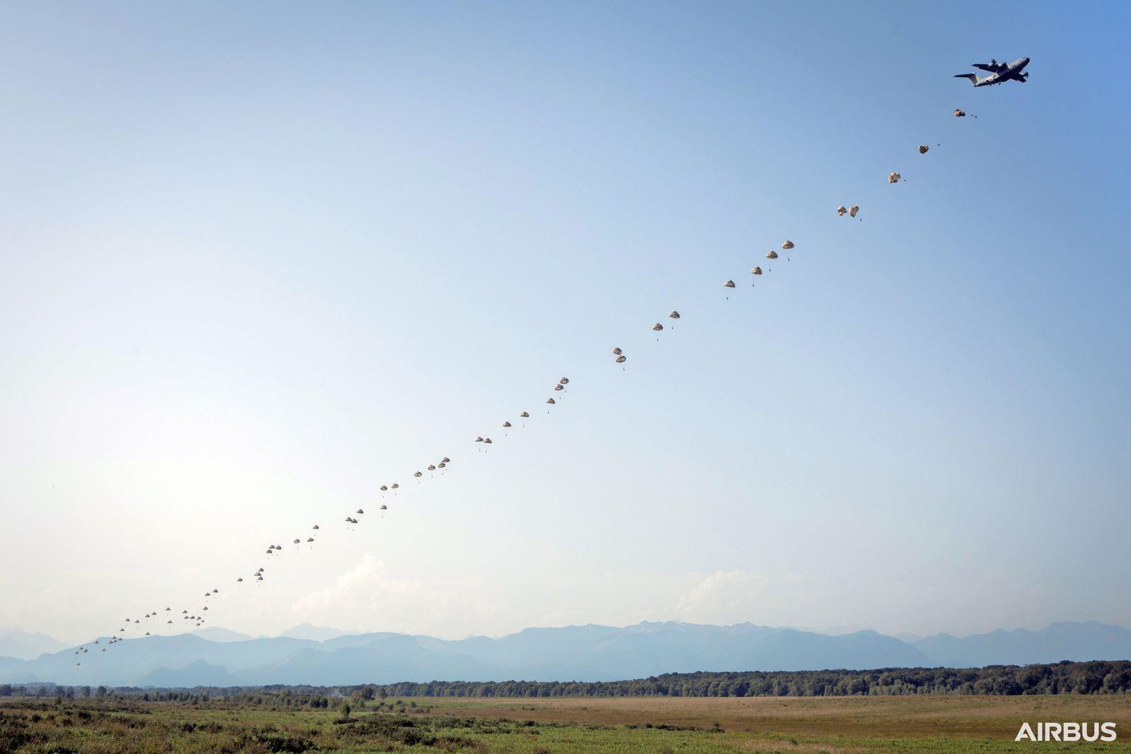 © Airbus D&S - Largage simultané de 80 parachutistes par les portes latérales depuis un A400M Atlas, le 17 septembre 2019.
