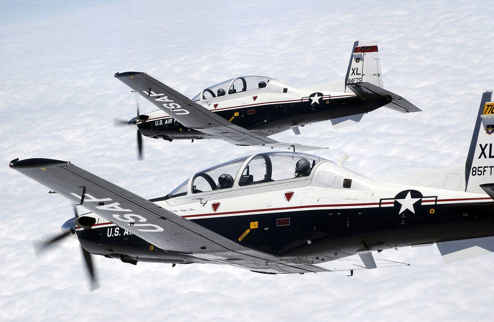 © USAF - Deux T-6A Texan II de l'US Air Force, utilisé comme avion d'entraînement de base.
