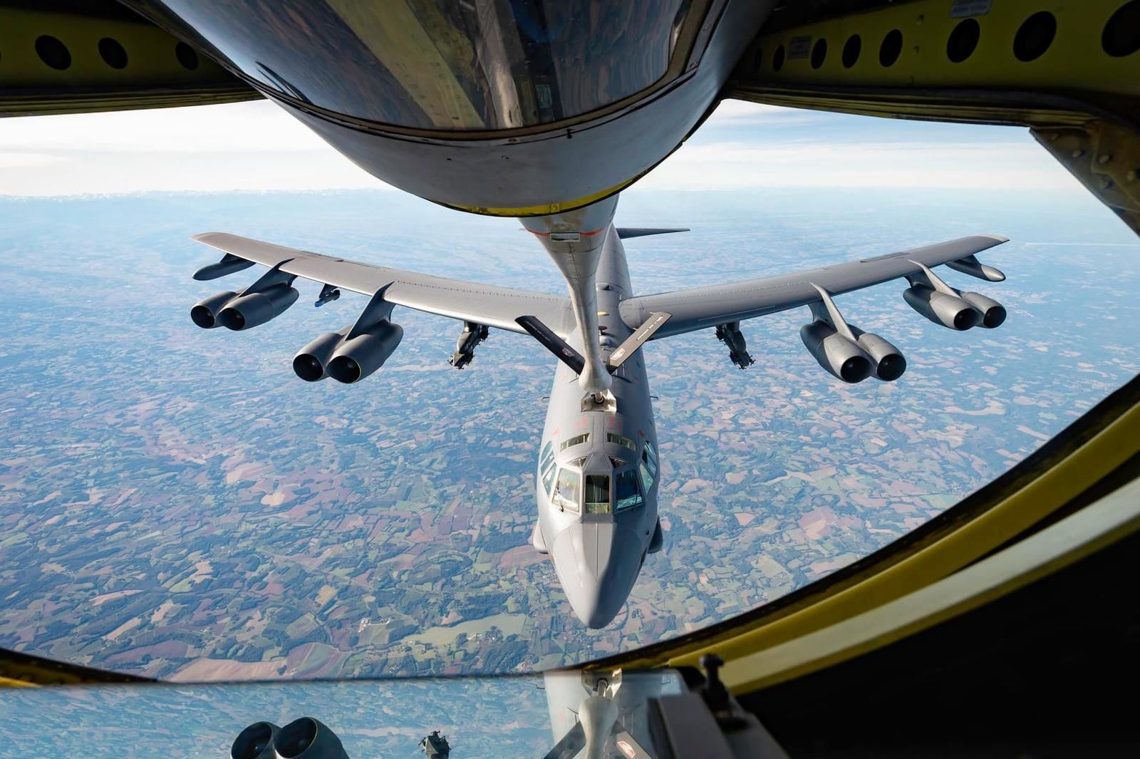 © Axel Pfeiffer / Armée de l'air - Un KC-135RG ravitaille en vol un B-52H du 2nd Bomb Wing.