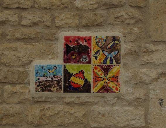 Les poissons ont pris leur envol, et planent désormais sur les murs du village de Mareuil, en Charente.