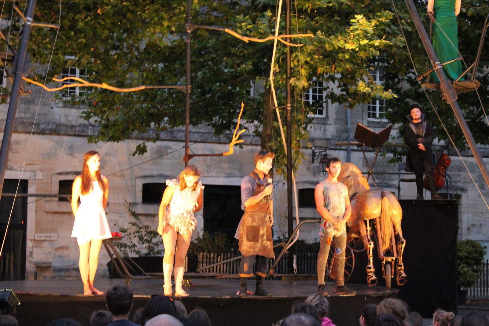 une grande ovation pour ces acteurs qui grâce à leurs danses et à leurs acrobaties nous ont enchantés