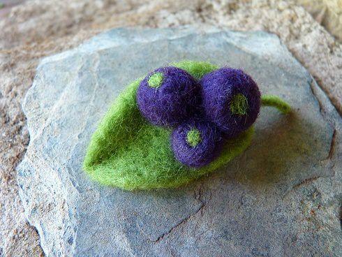 Kit broche cassis en laine cardée (bientôt disponible sur la boutique )