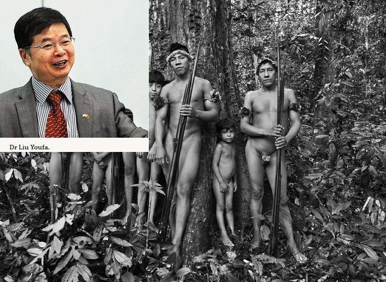 Le Dr Liu Youfa, diplomate, ancien vice-président de l'Institut chinois des études internationales (CIIS) et les chasseurs d'une tribu amazonienne du Brésil.  Autre pays, autre continent, autre culture, autre pensée, autre physique, autre milieu naturel (un bureau dans un gratte-ciel d'une mégapole chinoise d'un côté et la forêt amazonienne de l'autre), autres intérêts et objectifs (le profit): il n'y a rien en commun entre le Dr. Liu Youfa et les Aborigènes d'Amazonie. C'est un extra-terrestre pour eux, à l'apparence humaine, un monstre maléfique plutôt car à priori les extra-terrestres sont gentils, mais il est clair que ce qu'il veut entraînera leur destruction et celle de l'Amazonie. Illlustration: montage à partir d'une photographie par Sebastião Salgado (FUNAI).