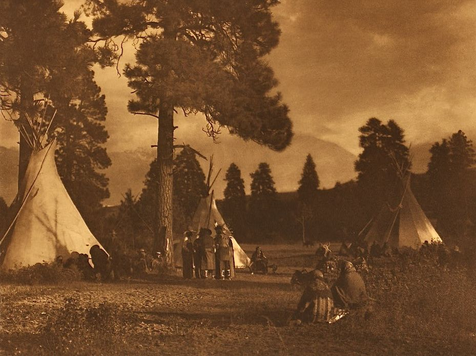 Flathead. Camp on the Jocko River. Photographie: Edward S. Curtis: The North American Indian.