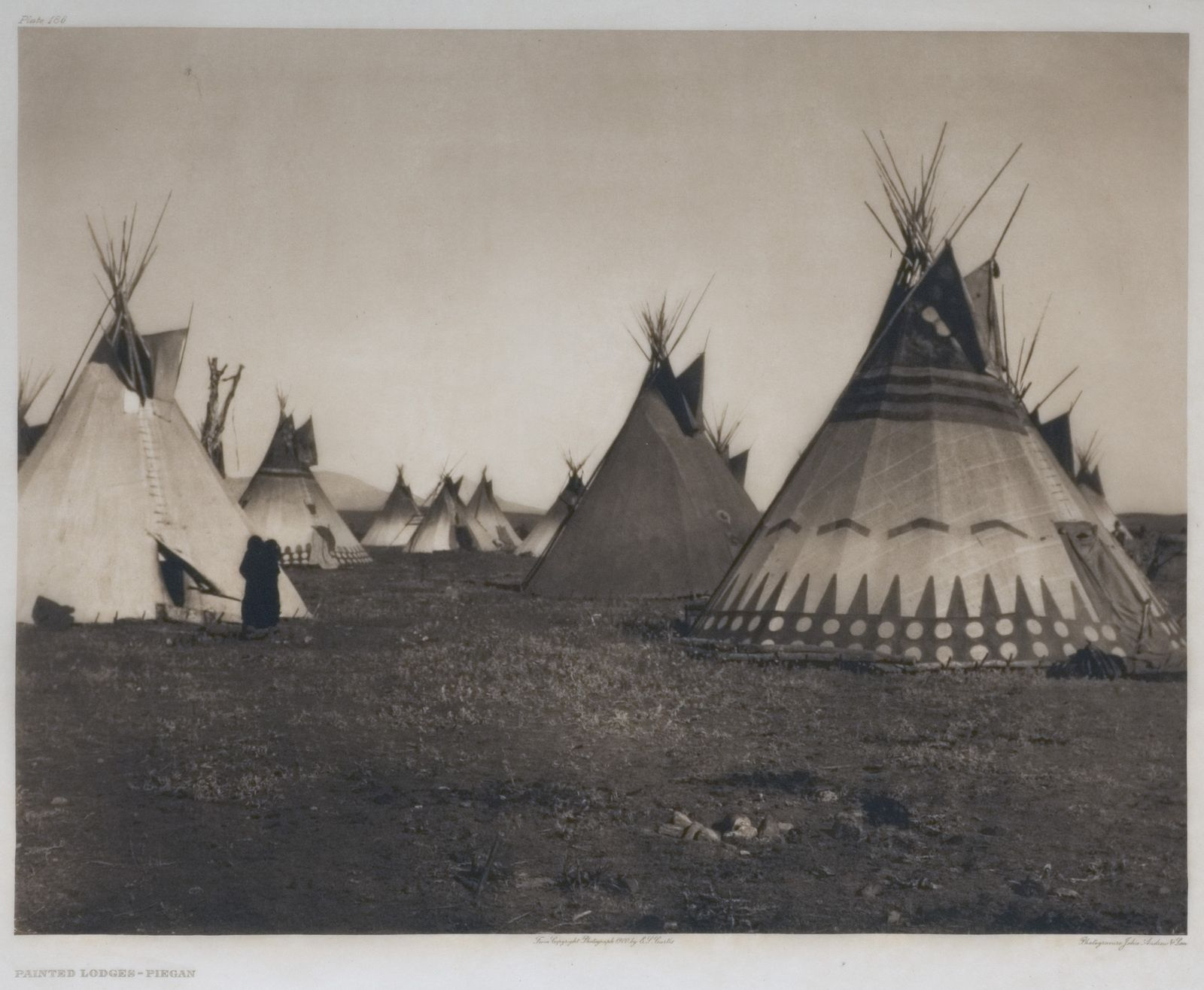 "Tipis Piegan. ""Tipi"" vient du sioux ""ti"": habiter et ""pi"": employé pour. Photographie: Edward S. Curtis: ""The North American Indian"". Library of Congress."
