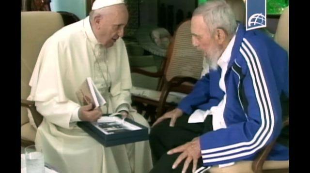 """Cuba, 2015. Le pape jésuite et faux franciscain Francois Ier et le tyran Fidel Castro. A cette occasion, le pape Francois fait cette déclaration géopolitique digne du CFR: """"Cuba est un archipel, d'une importance extraordinaire comme 'clé' entre le nord et le sud, entre l'est et l'ouest. Sa vocation naturelle est d'être le point de rencontre pour que tous les peuples se réunissent dans l'amitié"""". Comme si la prison, la """"reduccion"""" de Cuba pouvait être le symbole de l'amitié. On voit bien que Francois Ier es un personnage orwellien. Souce de la citation: http://www.lexpress.fr/actualite/monde/amerique-sud/a-cuba-le-pape-francois-pourrait-rencontrer-fidel-castro-a-qui-il-rend-hommage_1717556.html"""