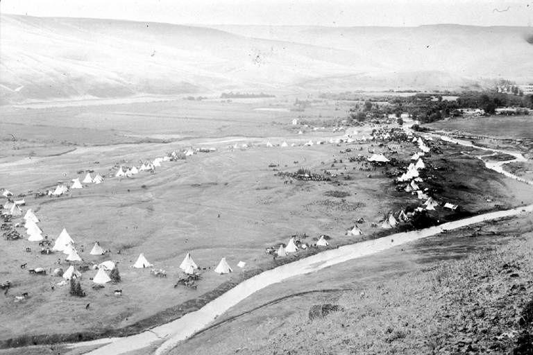 """""""Un pour tous, tous pour un"""": camp de Nez-Percés sur la rivière Lapwai en 1899 (Amérique du nord). Photo: Edward S. Curtis"""