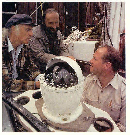Pierre-Olivier Combelles (à droite) en compagnie de Gilles Vigneault et du peintre animalier Serge Nicolle à bord du Chantauvent, le voilier de l'expédition, de passage à Natashquan pendant l'été 1989. Photo: Expédition Audubon-Québec 89.