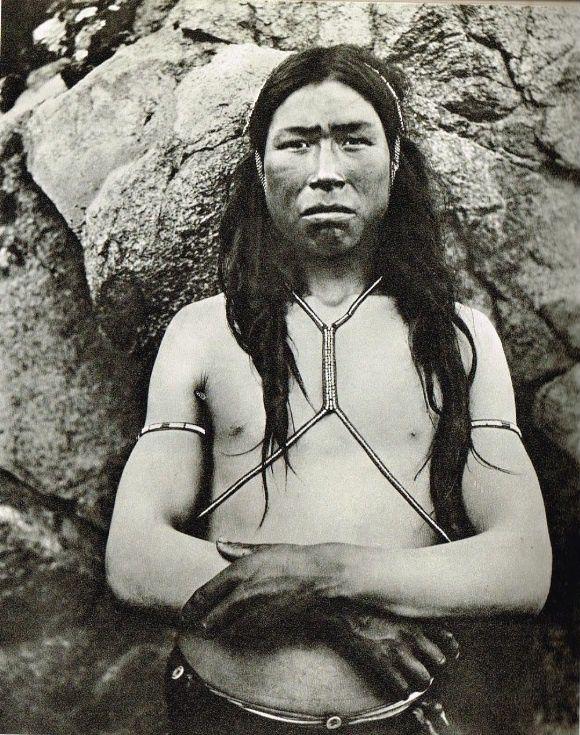 Chasseur inuit du Groënland avec ses amulettes. In: Robert Gessain, Ammassalik ou la civilisation obligatoire, Flammarion, Paris, 1969.