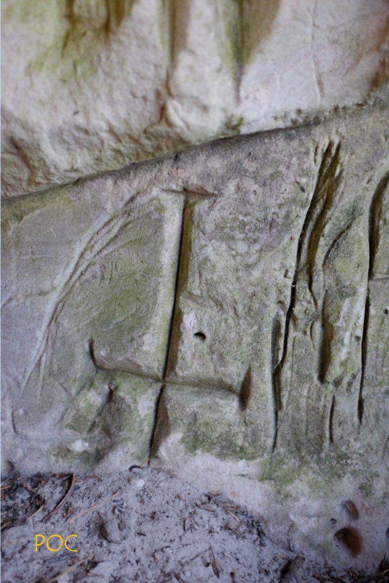 Une autre croix pattée  gravée dans le même abri orné mésolithique, peut-être au Moyen-Âge, par les Cisterciens. Photo: Pierre-Olivier Combelles