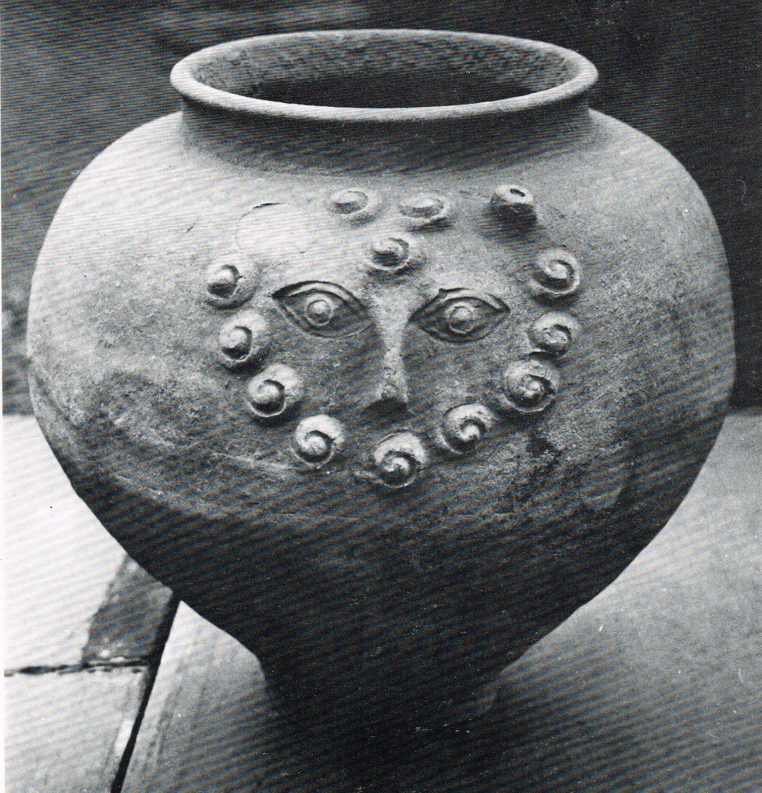 Vase celtique (Musée de Bavay) in : Régine Pernoud, Les Gaulois, Ed. du Seuil (1979)