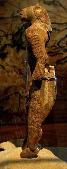 Statuette de l'homme-lion.  29,6 cm. Ivoire de mammouth. Paléolithique supérieur (Aurignacien). Découverte en 1939 dans la Grotte d'Hohlenstein-Stadel, dans le Jura souabe, en Allemagne. http://www.loewenmensch.de/
