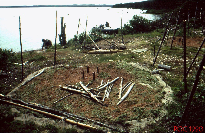 Emplacements de tentes innues de Unamen-Shipu. Lac Salé, sur la Basse Côte-Nord du Québec (été 1990). Photo: Pierre-Olivier Combelles.