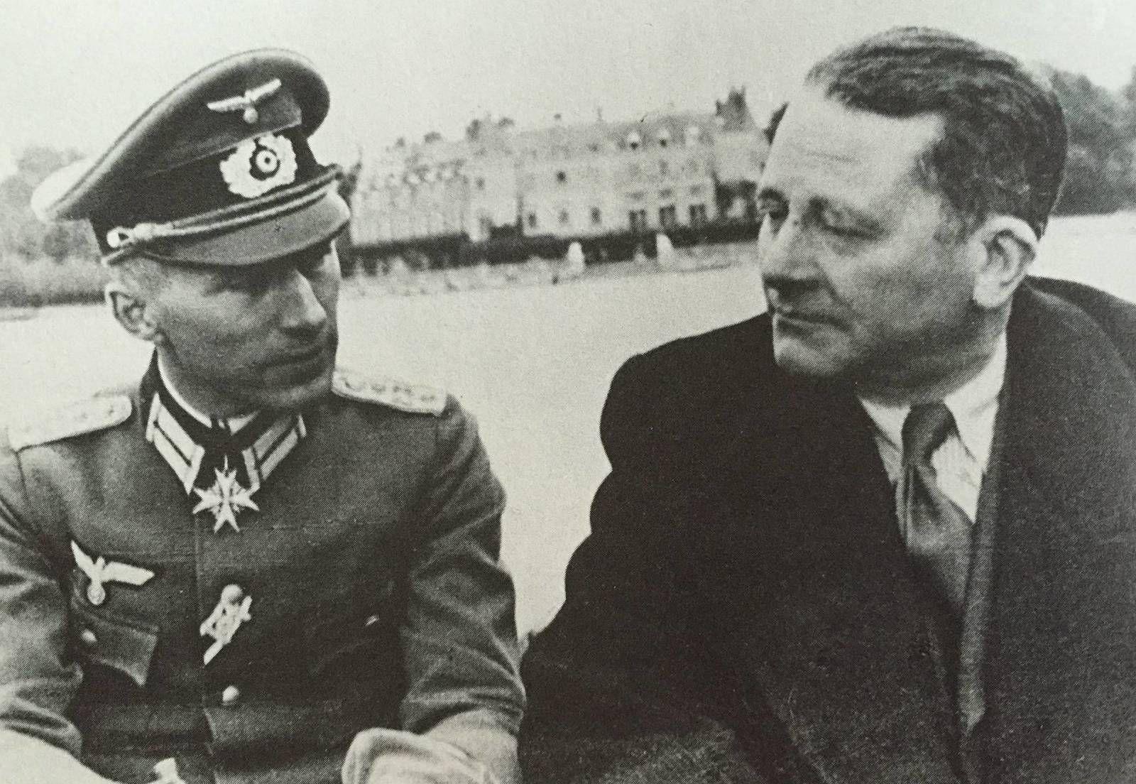 Ernst Jünger (à gauche, en uniforme de l'armée allemande) et Carl Schmitt, en barque, sur le lac, devant le château de Rambouillet, en 1941.