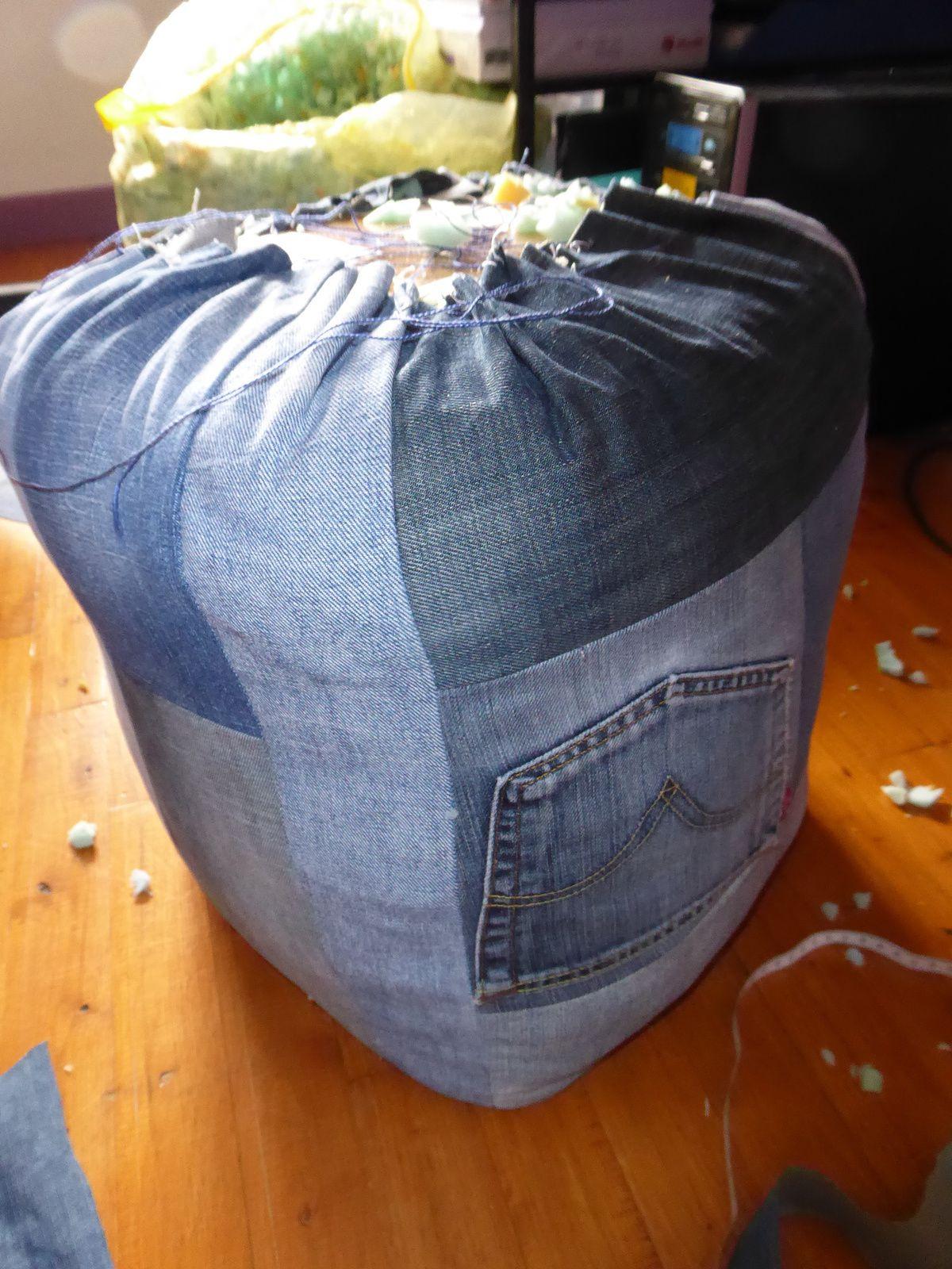 Le pouf en jean et bouteilles de soda