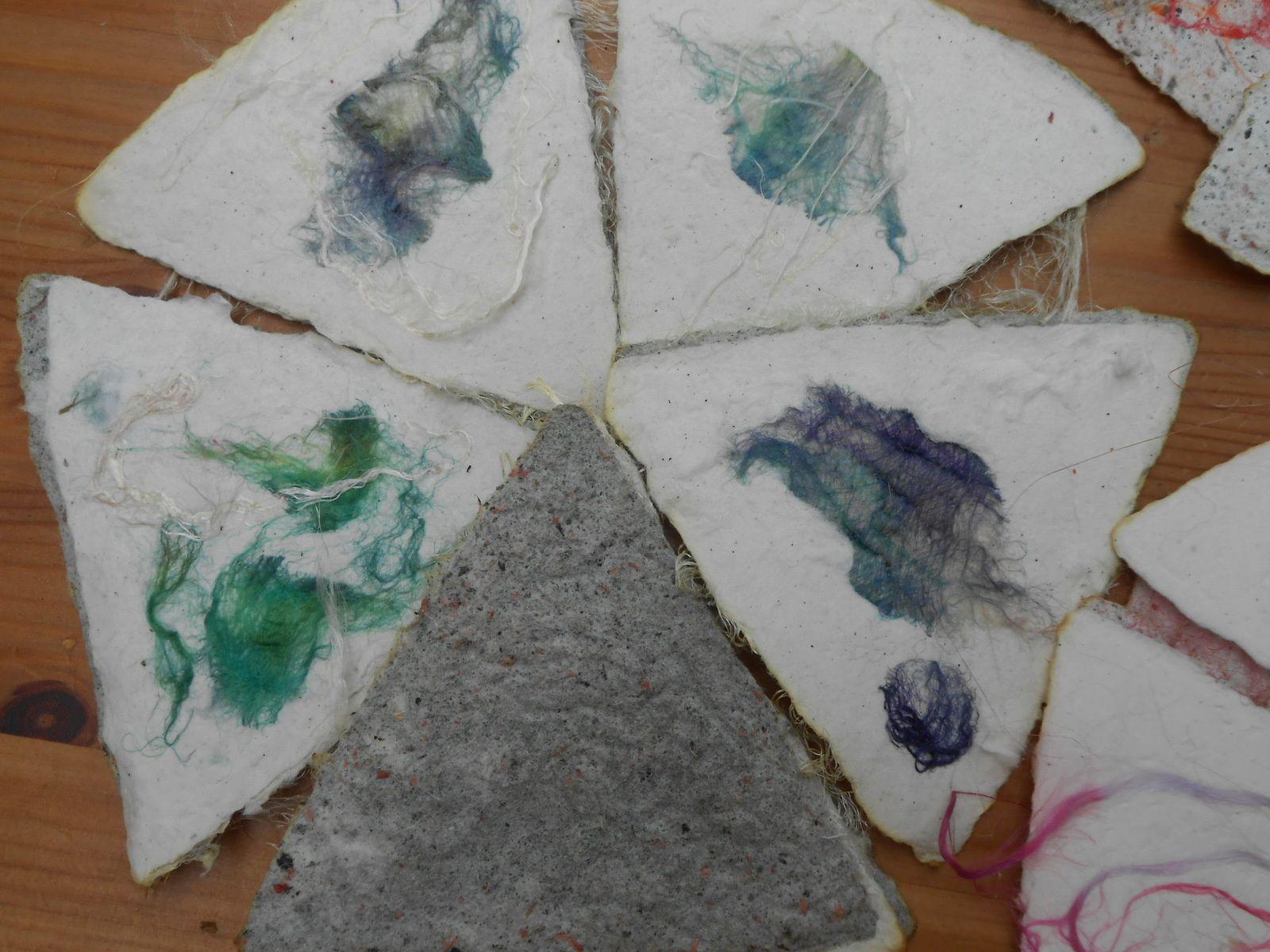 Papier avec fibres et fils textiles teints