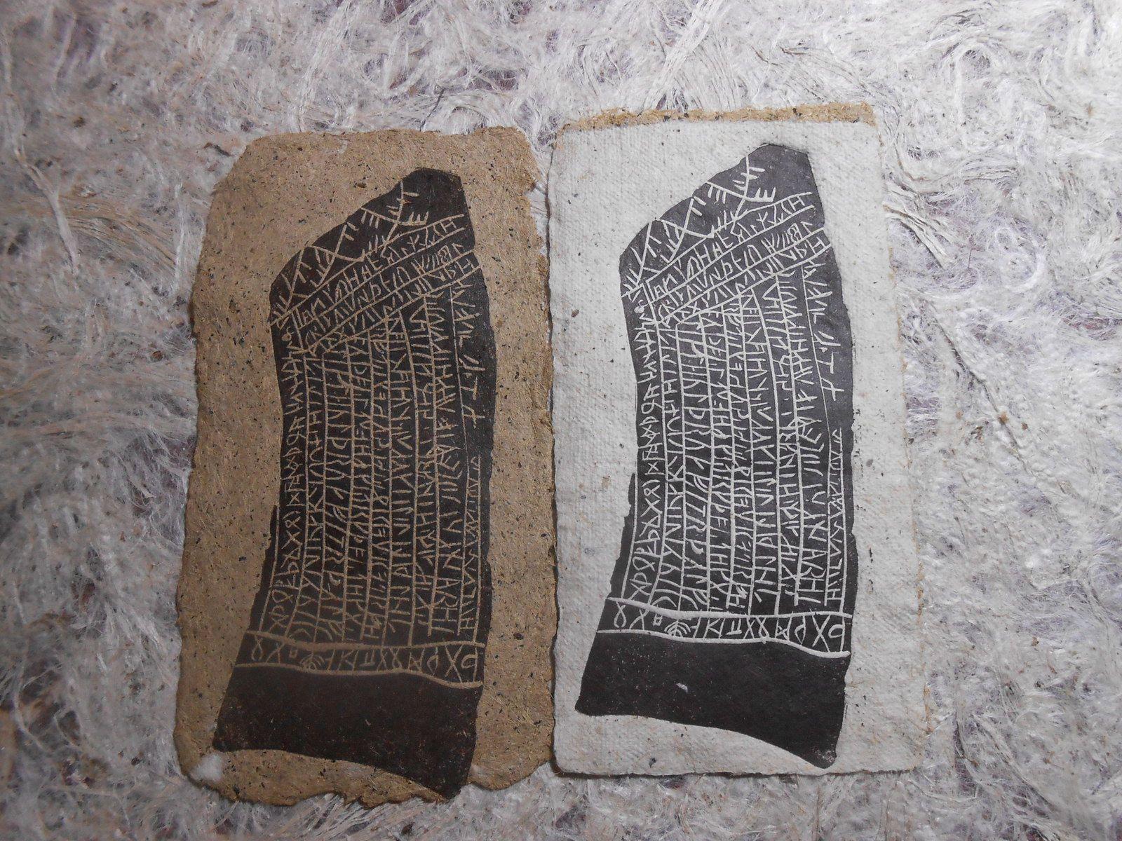Les ronds sont fait avec du champignon , les pages intérieures sont en chanvre teint au jus de champignon , les runes sont sur des papiers divers !!!!