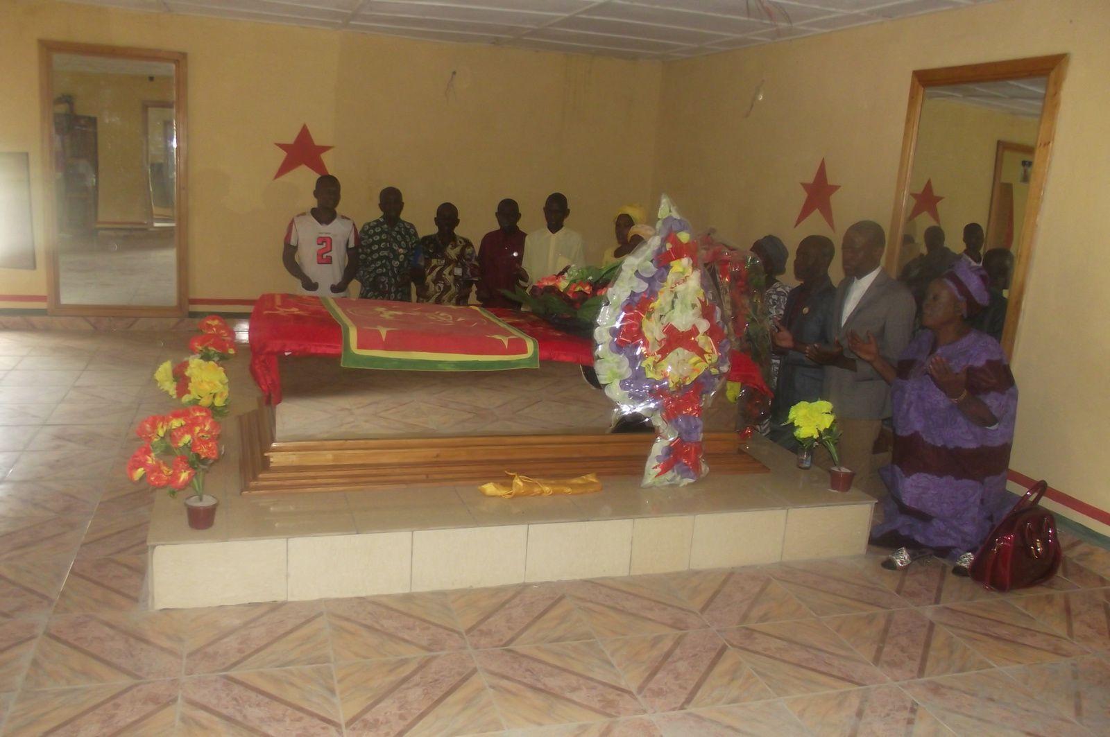 La Chambre du Mausolée où repose Mpadi - Une image de Ndona Kimpa Vita- Mausolée de Mpadi après travaux de réfection