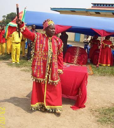 Lulendo Bosekota Mpadi-Fils - Gardien de la Foi Mpadiste - Représentat Légal et Chef Spiituel la Religion Mpadiste : C'est lui la pierre d'angle dont les maçons et bâtisseurs d'un monde nouveau et juste auront besoin le moment venu. 3ème photo : Mpadi  bénissant trois américains in qui l'ont répéré en suivant une étoile mystérieuse.