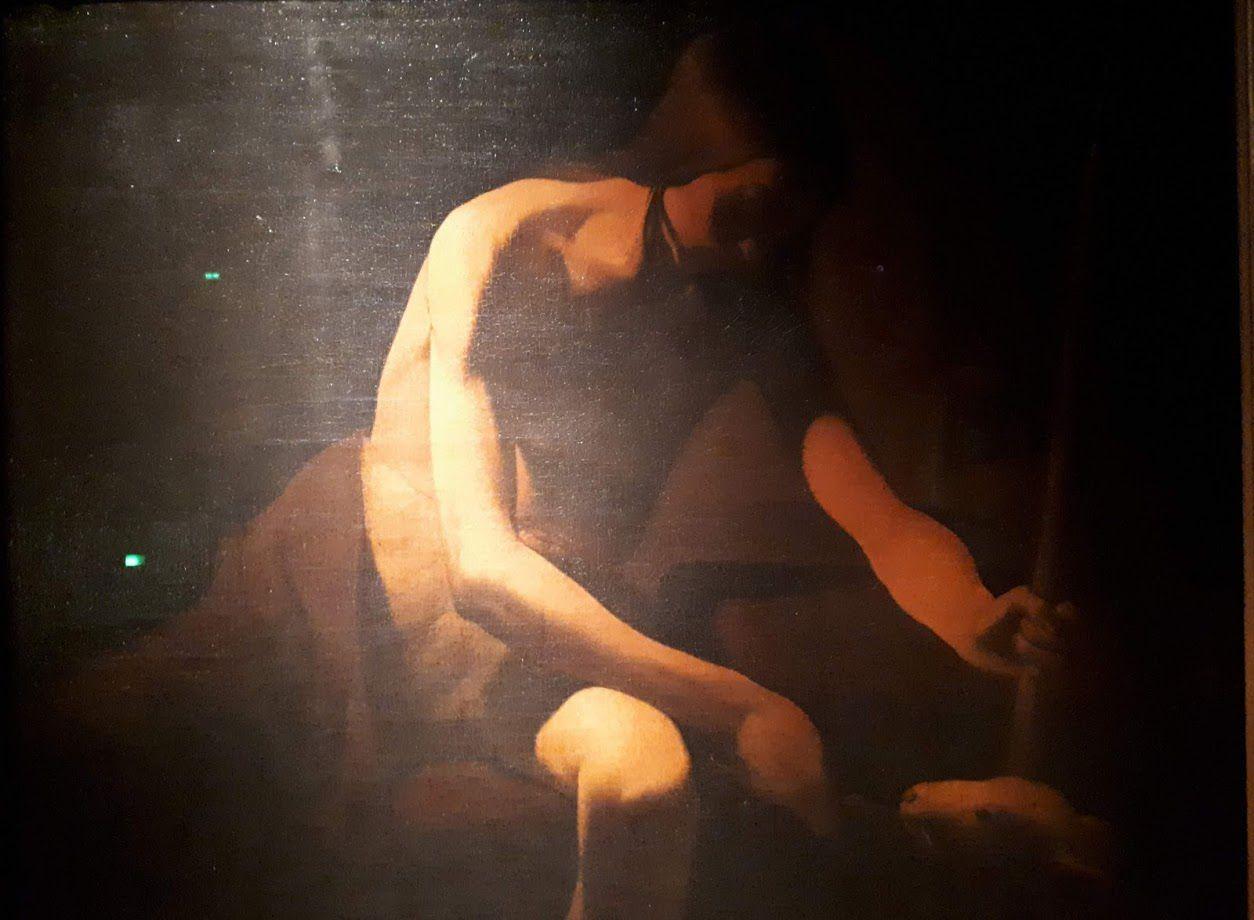 Jean-Baptiste est ici représenté sous les traits d'un maigre adolescent. Cheveux longs, tête basse, il donne à manger à son agneau, appuyé sur sa croix de bois. La composition est particulièrement sobre: pas d'étoffe, ni de chandelle. La seule source de lumière est extérieure au tableau: c'est un faisceau très puissant qui vient s'abattre sur l'épaule du jeune. Saint Jean-Baptiste dans le désert est l'une des dernières peintures de La Tour: on situe sa composition dans les années 1650-1652.