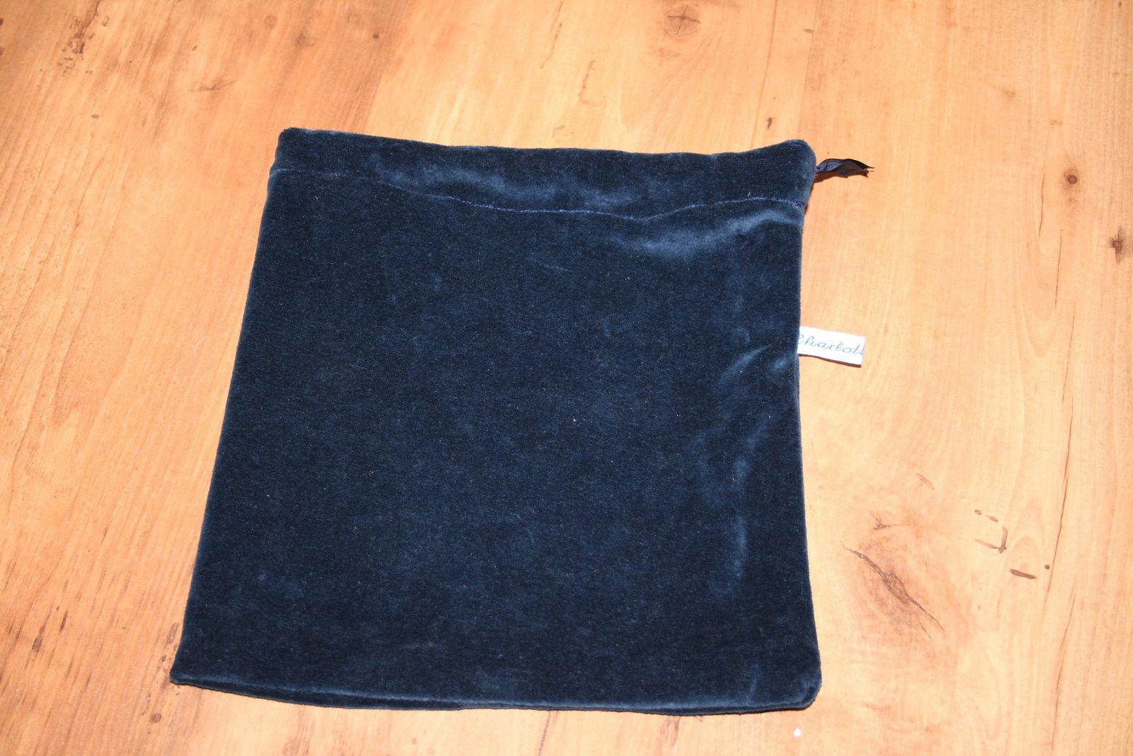Pochette velours bleu marine