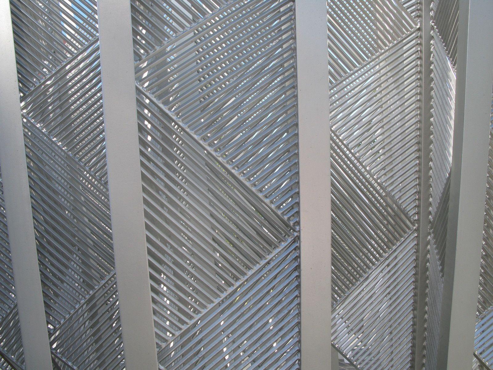 scuptures – zébrures triangulaires - en l'air métalliques - obliques -À Redfern, Australie, 2009.