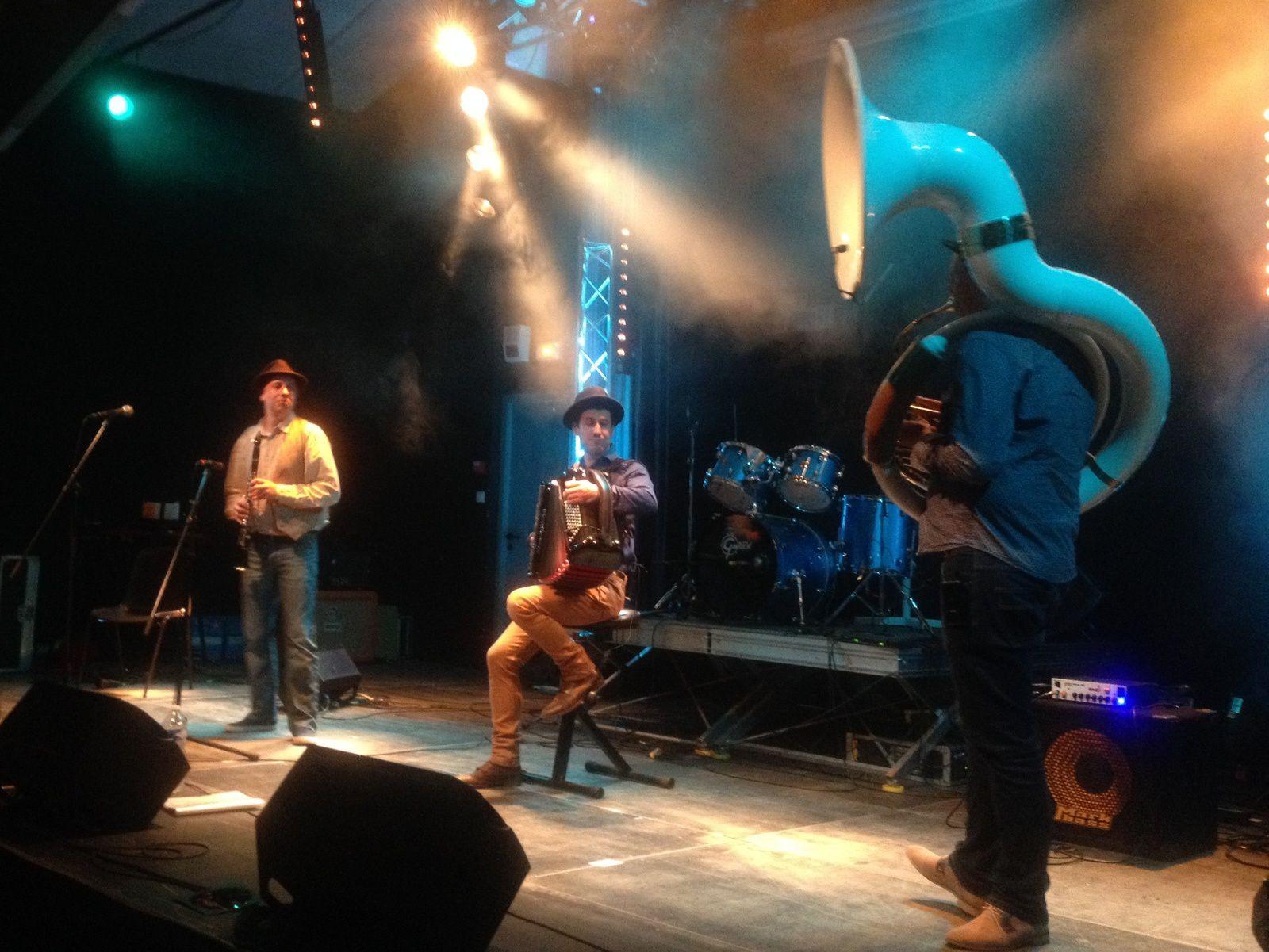 Vant in Est groupe-Pendant la Fête de la musique à Egliseneuve-pres-Billom  le 25 juin 2016.