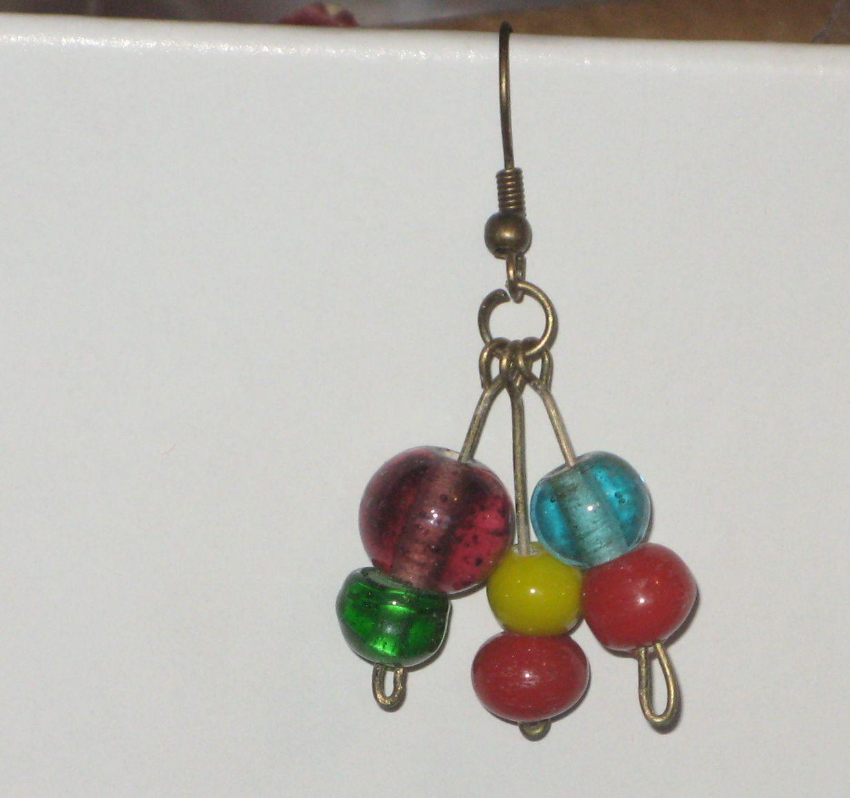 Une jolie paire de boucles d'oreilles , avec des perles de verrescharlotteblabla blog