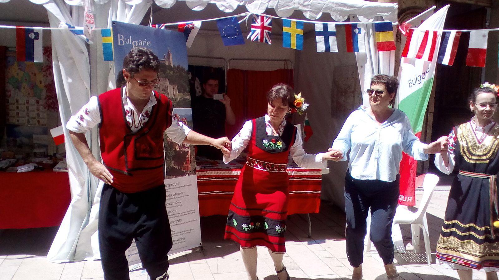 Danses bulgares devant le stand de l'association Provence Bulgarie