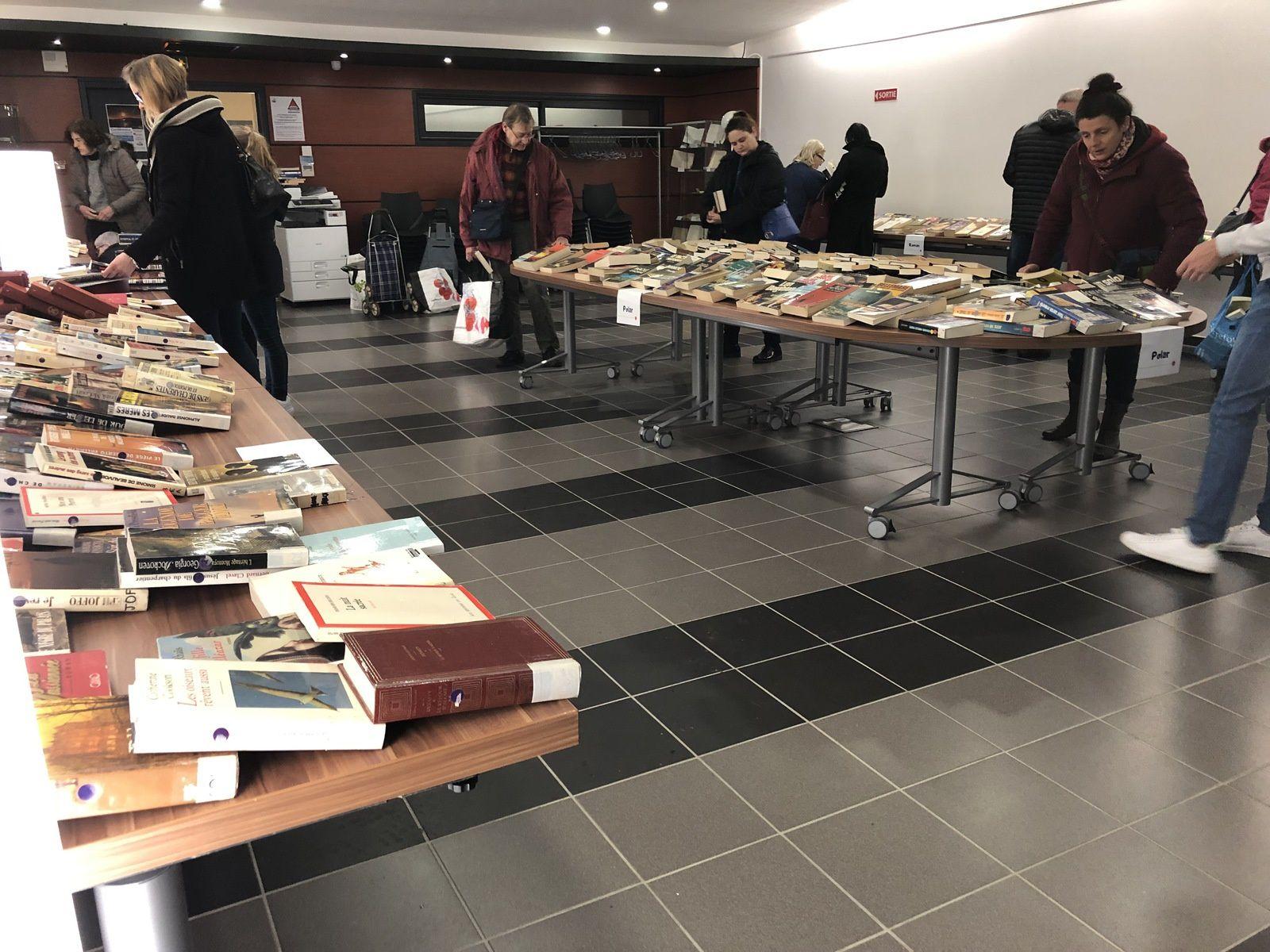 A la salle de conférence de la médiathèque Pierre Heraud pour le désherbage des livres