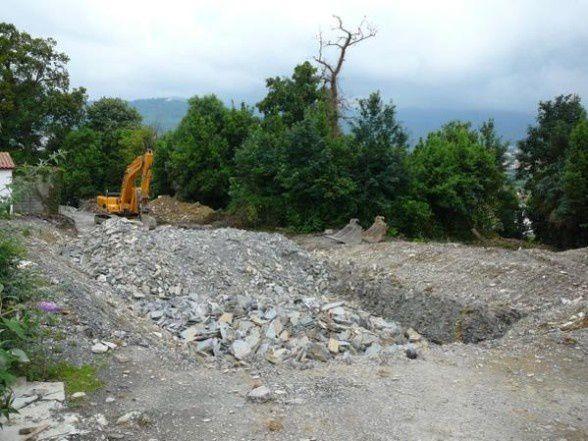 Une excavatrice est depuis des mois à l'arrêt sur le chantier immobilier de la Rue des Chênes. Photo : Sirius