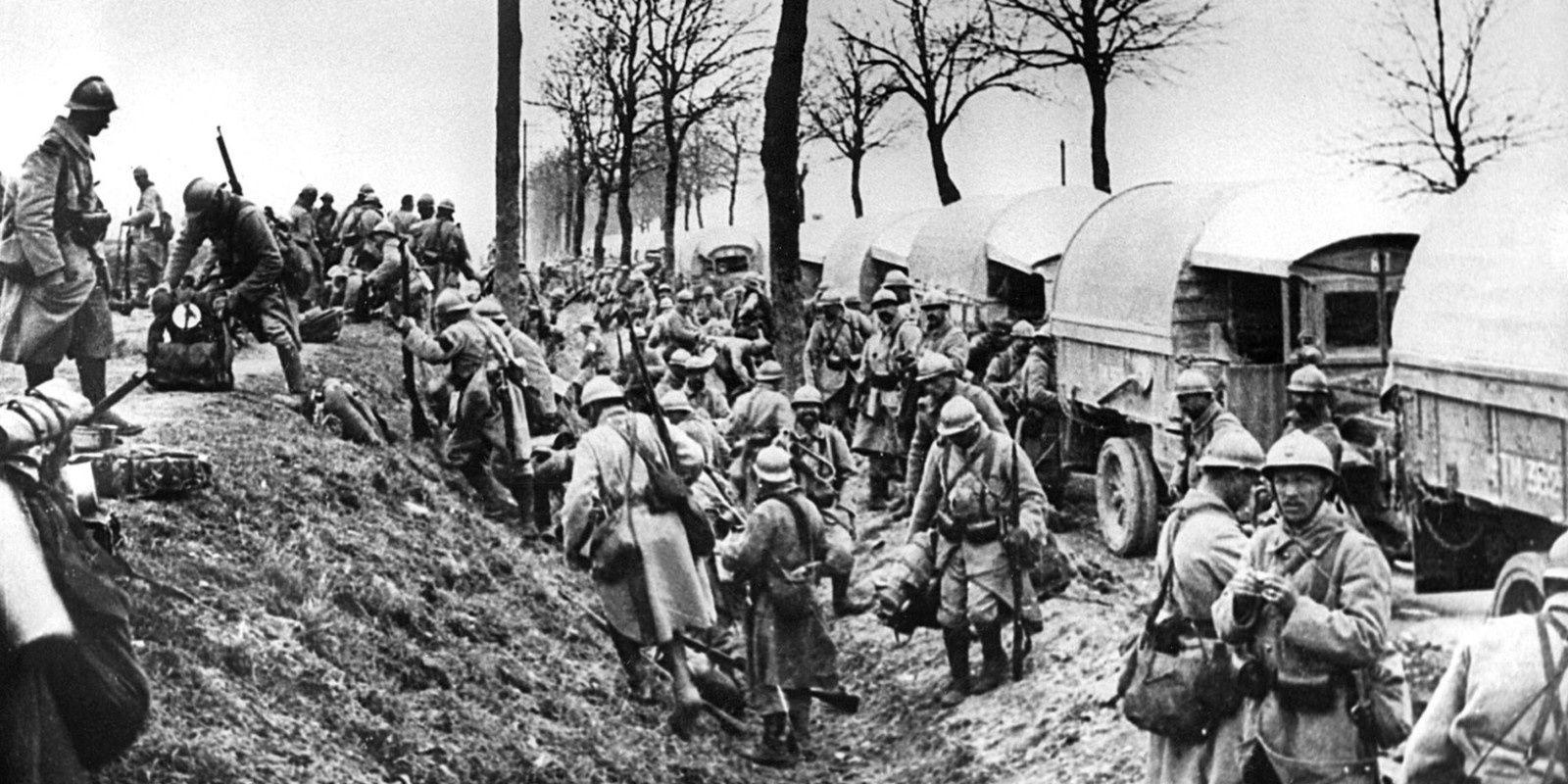 GRANDE GUERRE 1914-1918 : colonne de soldats en direction du Chemin-des-Dames.