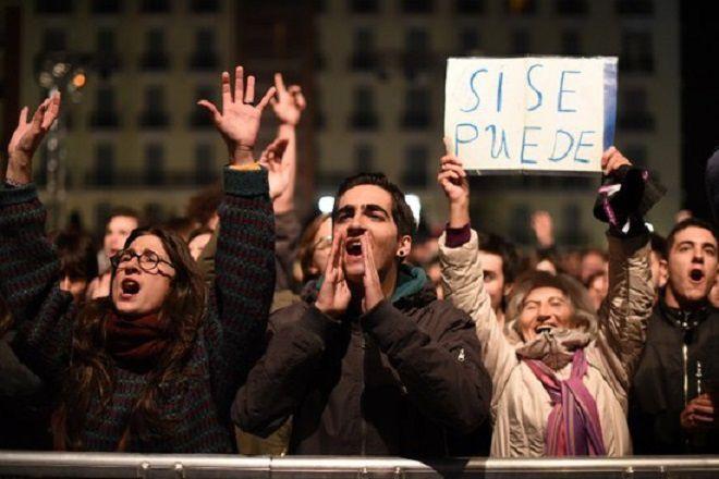 """"""" Si se puede """" (Oui on le peut) scandent les détracteurs de la politique d'austérité après avoir pris connaissance des résultats du scrutin historique du 20 décembre 2015 en Espagne."""
